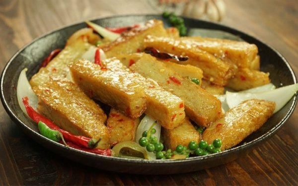 chế biến món ăn với chả cá tươi ngon